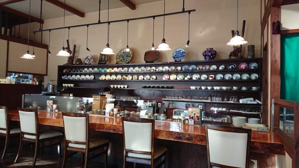 珈琲館 蔵 新松戸店 綺麗な食器が並ぶカウンター