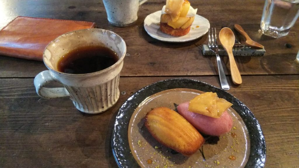 レモン味のマドレーヌと赤桃のジェラート