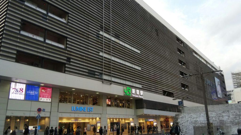 新宿駅東口の目の前