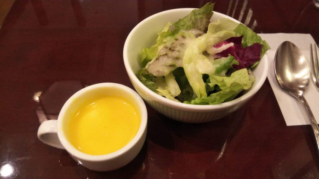 セットのサラダと南瓜スープ